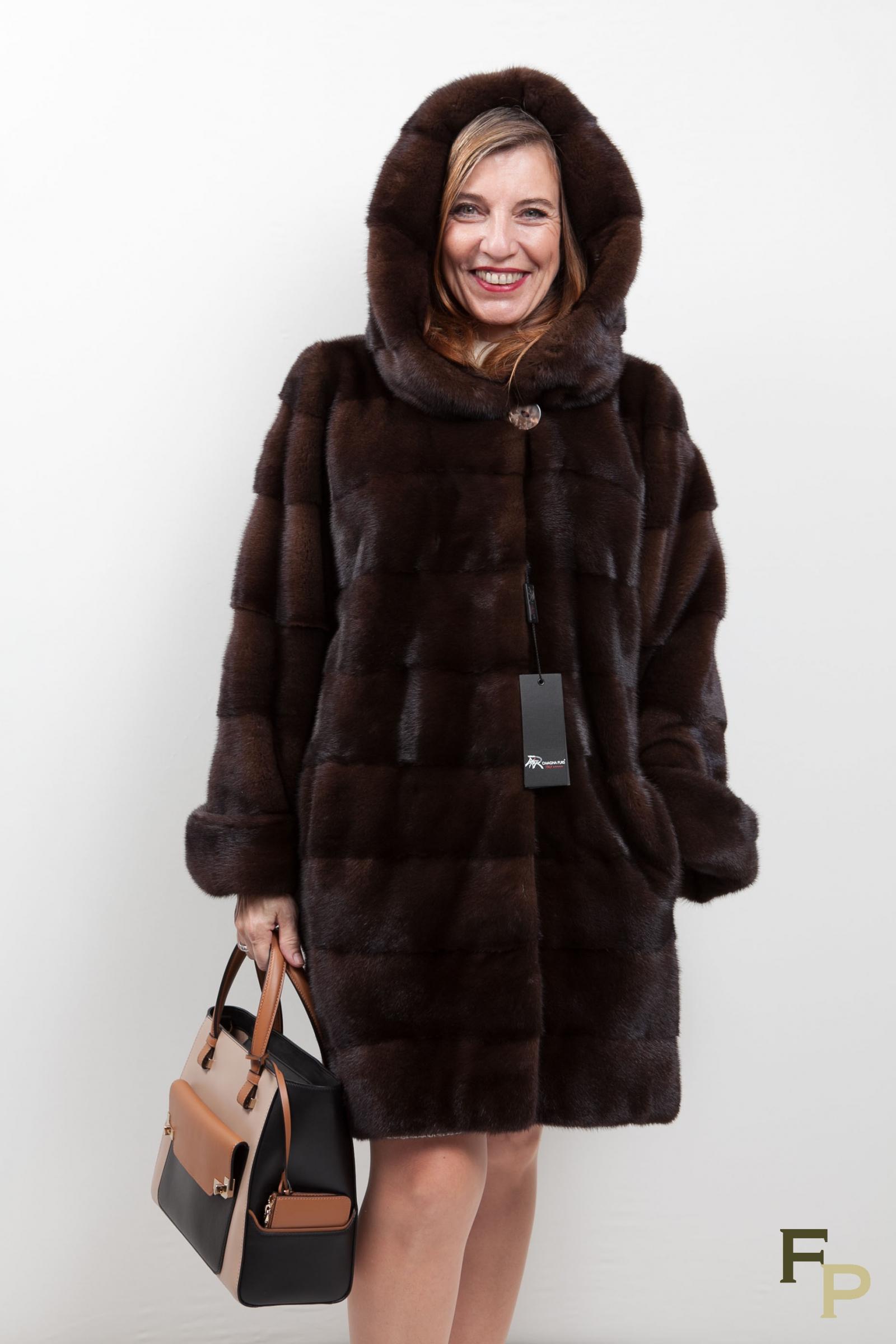 Trouver les dernier styles tendance de manteau capuche chez ZAFUL. Nous vous plaisons avec les dernières tendances de manteau capuche en haute couture.
